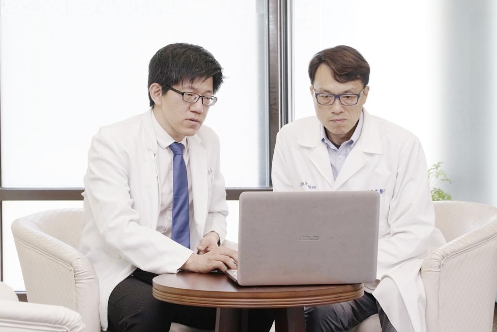 醫師討論全口植牙病患治療計劃
