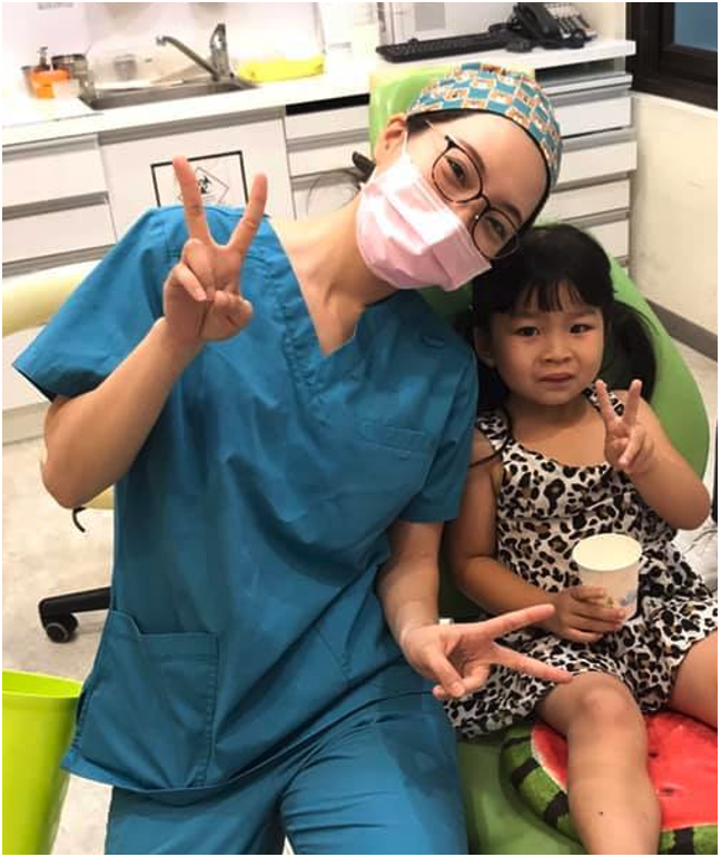 舒眠治療後,許雯婷醫師與小病人的合照